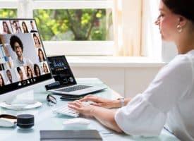 Femme télétravail réunion virtuelle